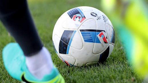 Spielerbeine und Fussball