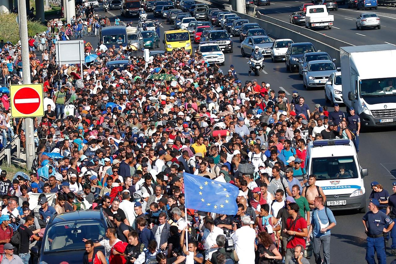 Flüchtlinge auf der ungarischen Autobahn M1 am 4. September 2015