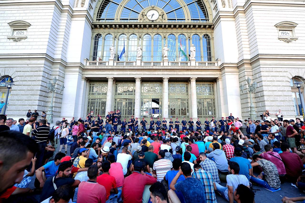 Flüchtlinge vor dem Bahnhof Budapest-Keleti am 2. September 2015