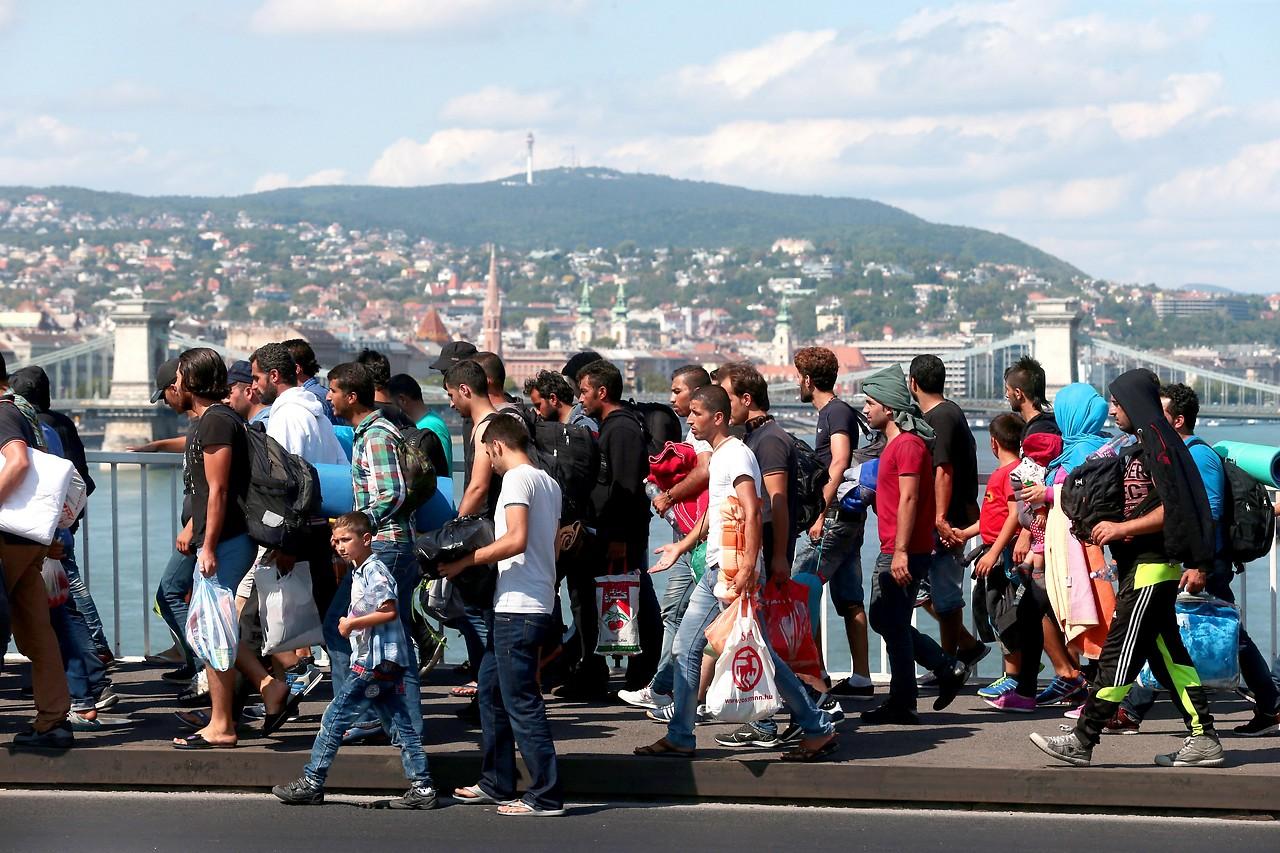 Flüchtlinge auf der Elisabethbrücke in Budapest, im Hintergrund der Stadtteil Buda