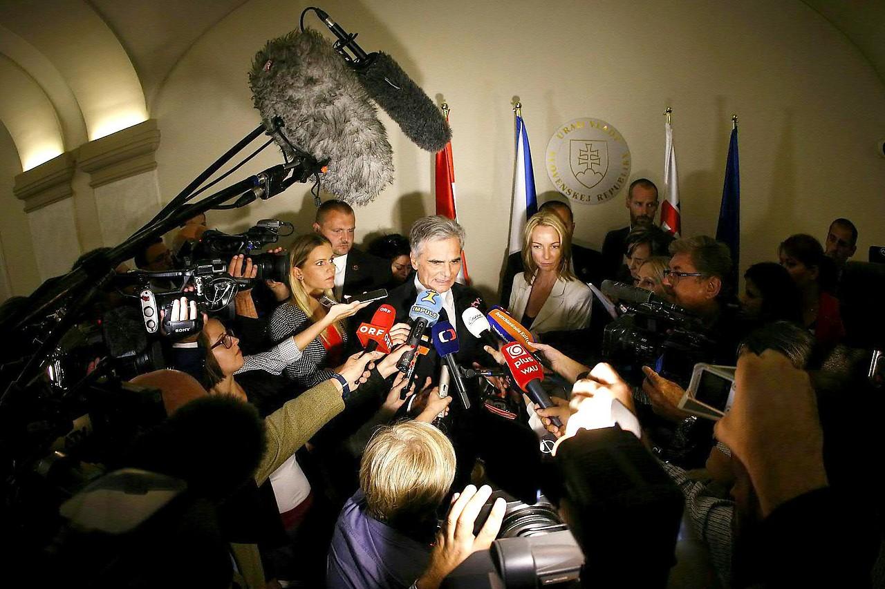 Bundeskanzler Faymann anlässlich eines Treffens zur Flüchtlingsproblematik mit dem slowakischen Regierungschef Fico und dem tschechischen Ministerpräsidenten Sobotka in Bratislava 2015