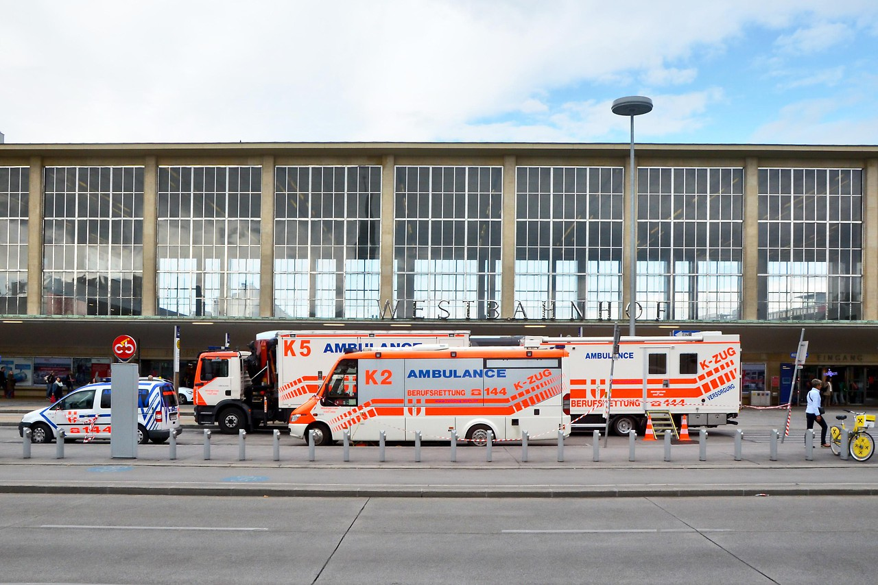 Fahrzeuge der Wiener Rettung vor dem Westbahnhof am 6. September 2015