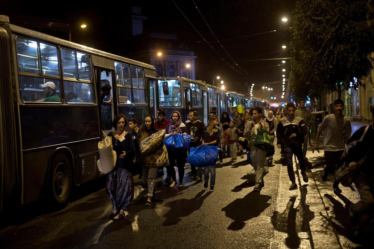 Flüchtlinge steigen in Autobusse ein