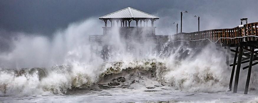 Hohe Wellen an einem Kai in North Carolina
