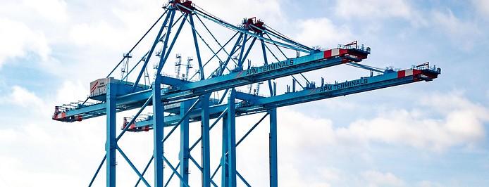 Schiffe und Kräne im Hafen von Rotterdam