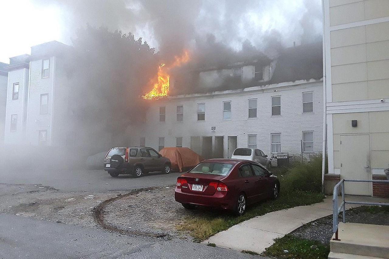Haus in Flammen und starke Rauchschwaden