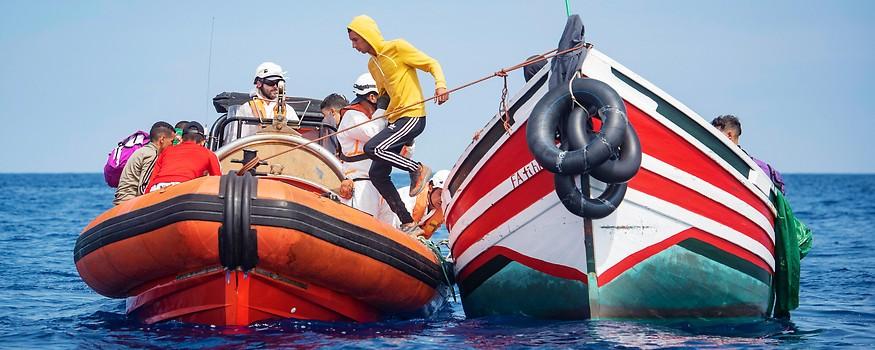 Rettungsboot nimmt Flüchtlinge auf