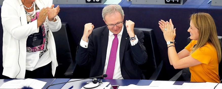 Axel Voss jubelt nach der Abstimmung