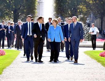 Die Deutsche Bundeskanzlerin Angela Merkel mit anderen Staats- und Regierungschefs