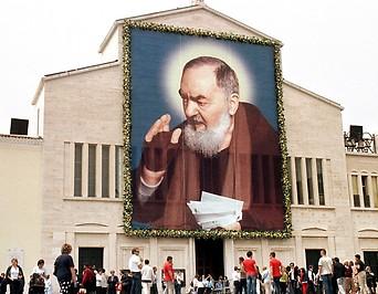 Die Kirche von San Giovanni Rotondo ist mit einem überdimensionalen Porträt von Padre Pio geschmückt