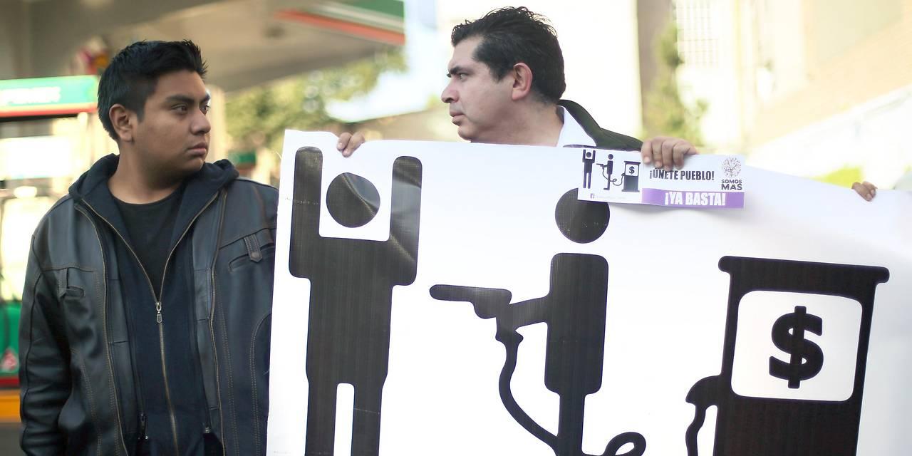 Zwei Männer demonstrieren gegen die Erhöhung von Benzinpreisen