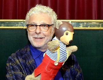 Andre Heller mit einer Kasperl-Puppe