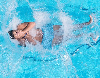 Ein Kind springt ins Wasser