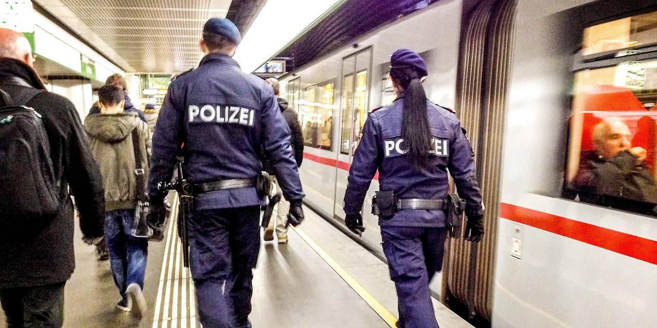 Polizisten in einer U-Bahn-Station