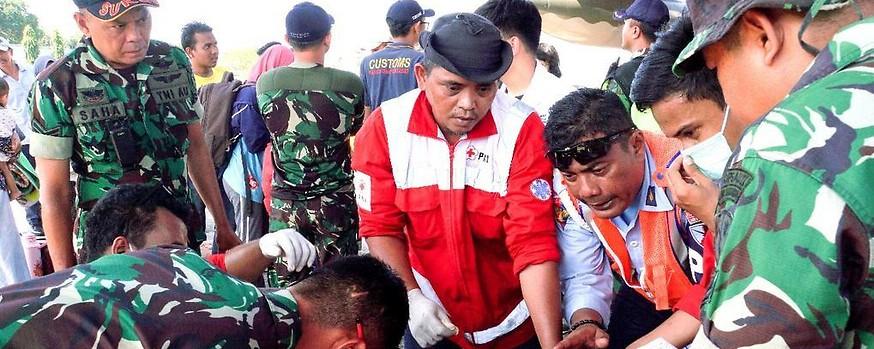 Rettungskräfte versorgen eine verletzte Person