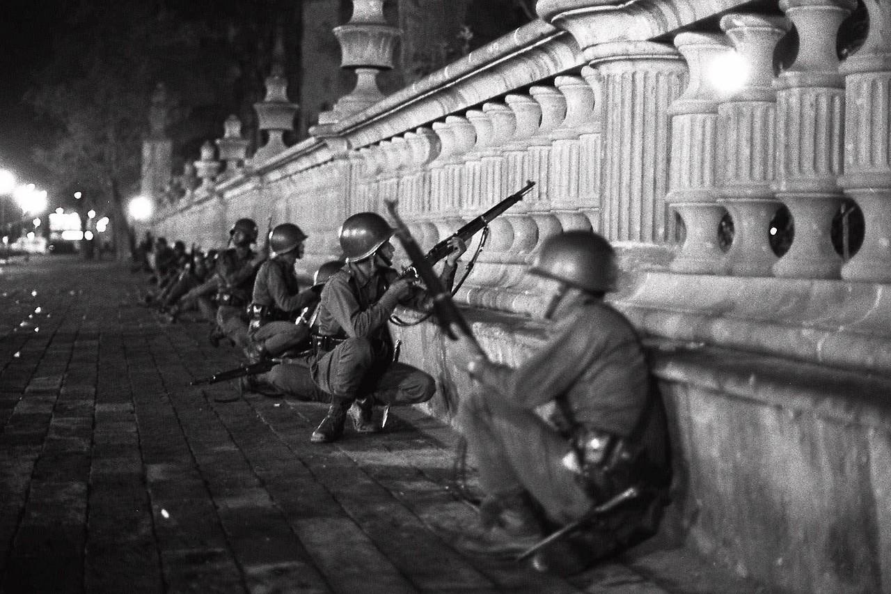 Mexikanische Soldaten auf einer Brücke, 1968
