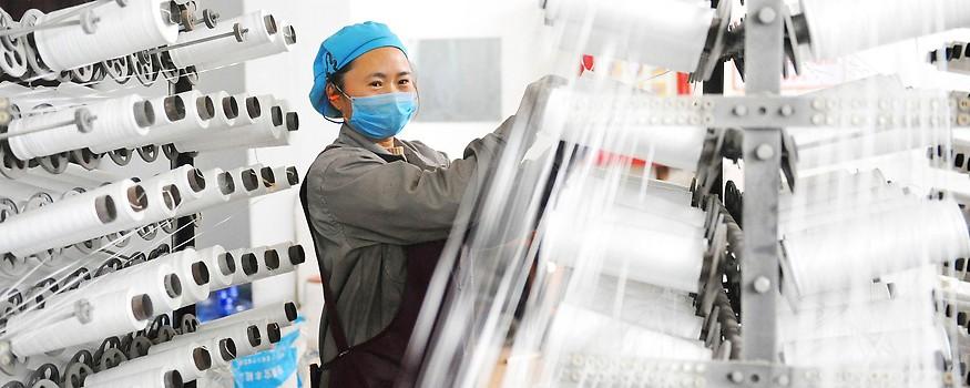 Chinesische Arbeiterin in Textilfabrik