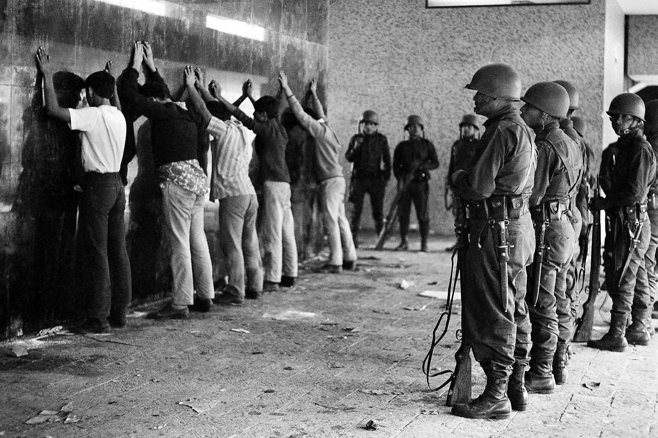 Mexikansche Soldaten bei der Festnahmer von Demonstranten, 1968