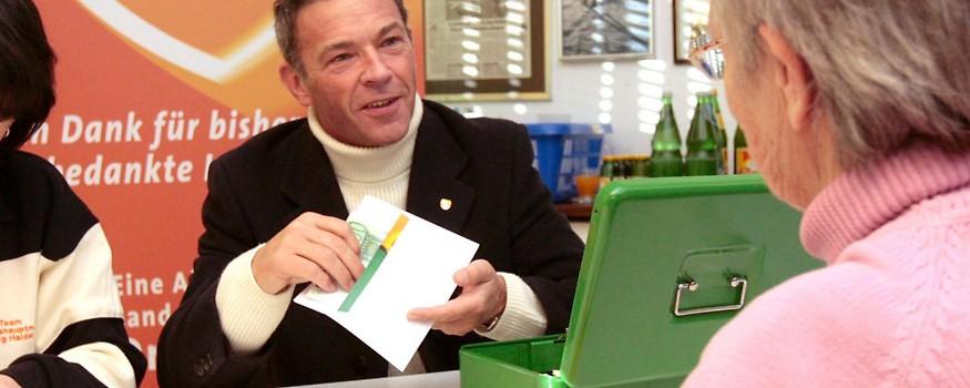 Kaerntens Landeshauptmann Joerg Haider am 17. Dezember 2005 während der Auszahlung des einmaligen Zuschusses ueber 150 Euro