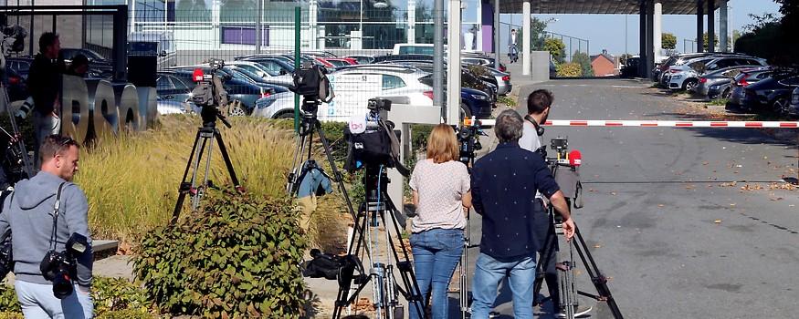 Journalisten vor dem Neerpede Training Center des Clubs Anderlecht in Brüssel