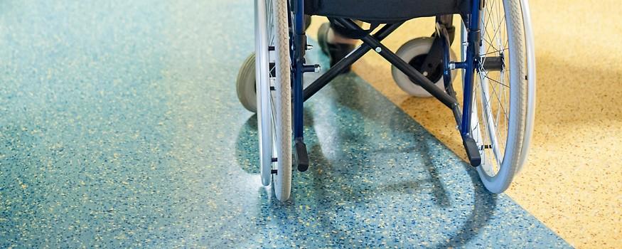 Person in einem Rollstuhl