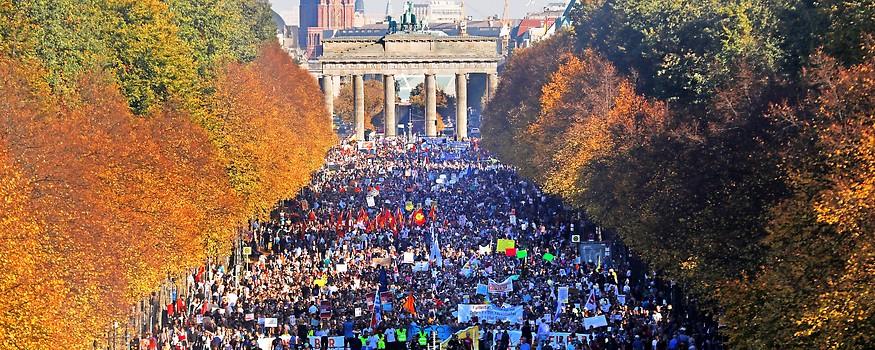 Großdemonstration für eine offene und solidarische Gesellschaft in Berlin