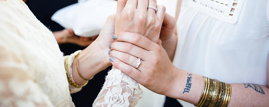 Frauenhände bei einer Hochzeit