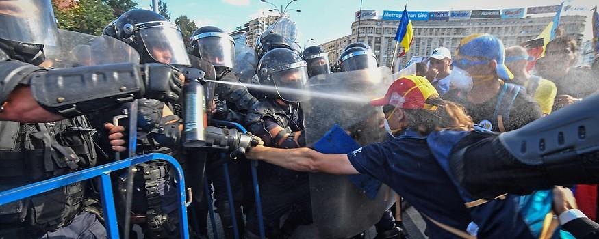 Demonstranten und Polizei in Bukarest