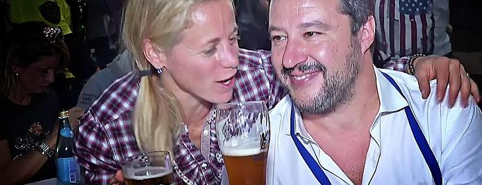 Italiens Innenminister Matteo Salvini (Lega Nord) trinkt mit einer Wählerin Bier