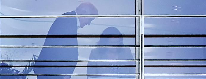 Blick durch ein Fenster zeigt den deutschen Innenminister Horst Seehofer (CSU) mit der SPD-Fraktionsvorsitzenden Andrea Nahles