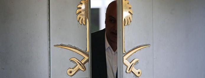 Mann kommt aus dem saudischen Konsulat in Istanbul