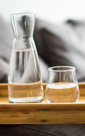 Wasserkrug mit einem Glas Trinkwasser