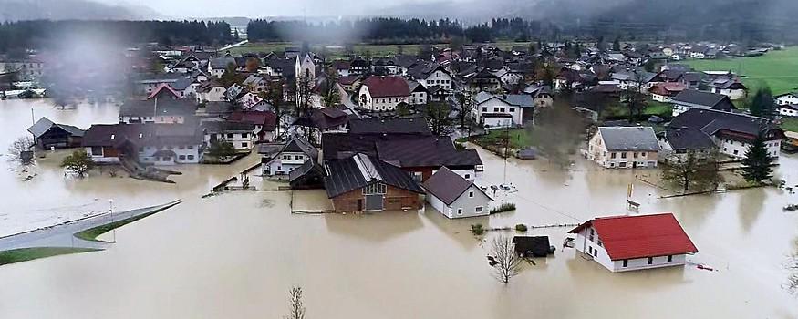 Luftaufnahme zeigt das überflutete Rattendorf in Kärnten