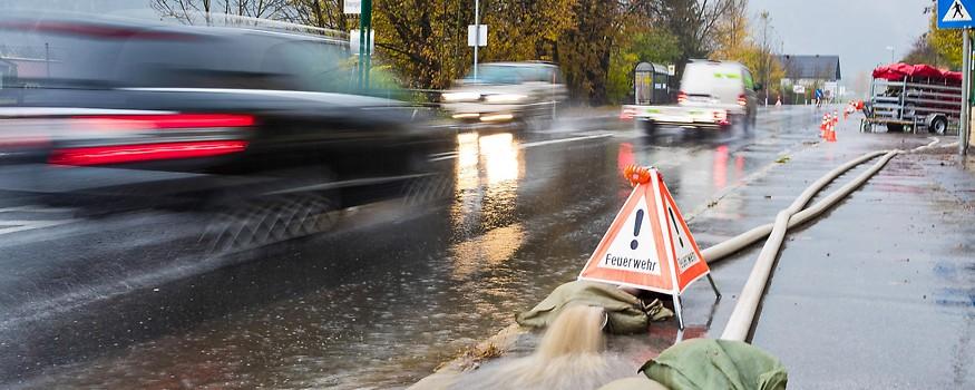 Überschwemmte Straße in Lienz in Osttirol