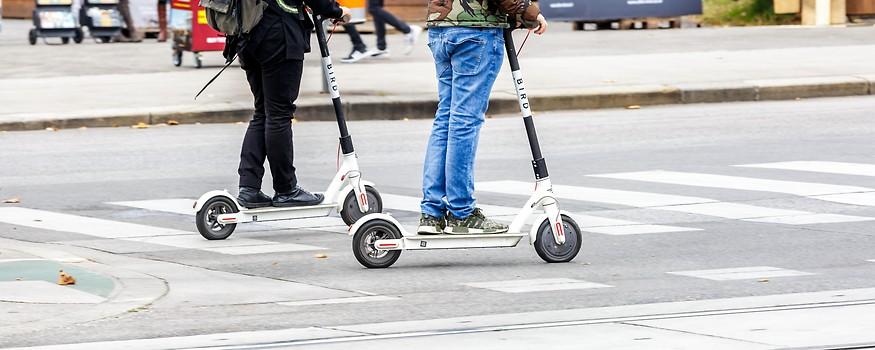 Zwei E-Scooter auf der Straße