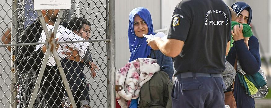 Griechischer Polizist kontrolliert Papiere von Familie