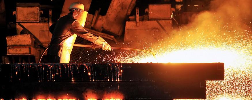 Arbeiter in einer Stahlfabrik