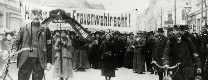 Demonstration zum Frauenwahlrecht aus 1913