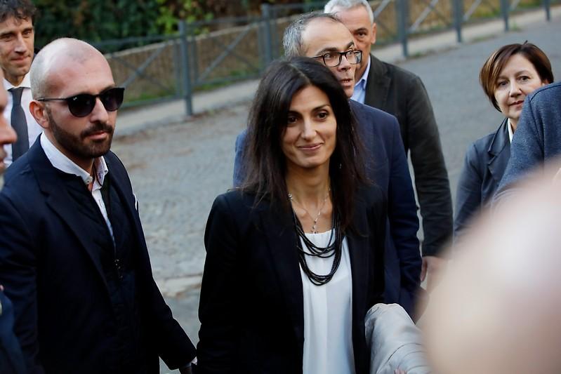 Die Bürgermeisterin von Rom Virginia Raggi nach ihrem Freispruch vor Journalisten