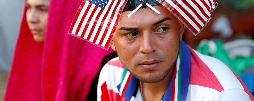 Ein Mann trägt zwei kleine US-Flaggen auf dem Kopf