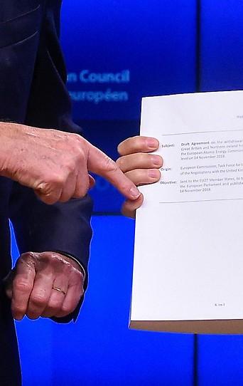 EU-Chefunterhändler Michel Barnier und EU-Ratspräsident Donald Tusk mit Unterlagen zum Brexit