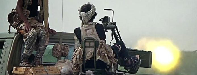 regierungsnaher Soldat betätigt eine Schussfeuerwaffe von einem Pick-up-Truck aus