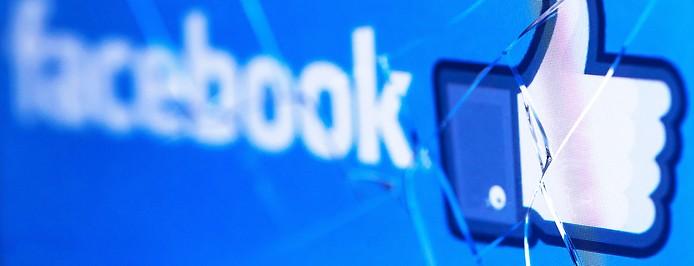 Facebook-Logo auf kaputtem Display