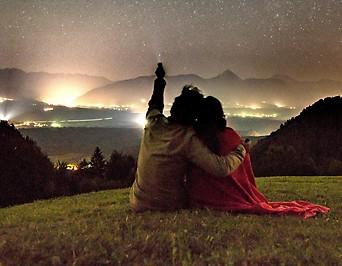 Pärchen blickt auf den Sternenhimmel