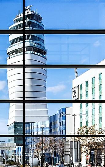 Blick auf den Tower vom Flughafen Wien-Schwechat