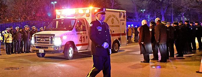 Polizeioffizier neben einem Krankenwagen