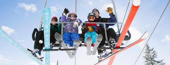 Familie auf Skilift