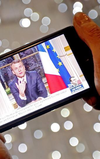 Ansprache von Frankreichs Präsident Macron auf einem Smartphone