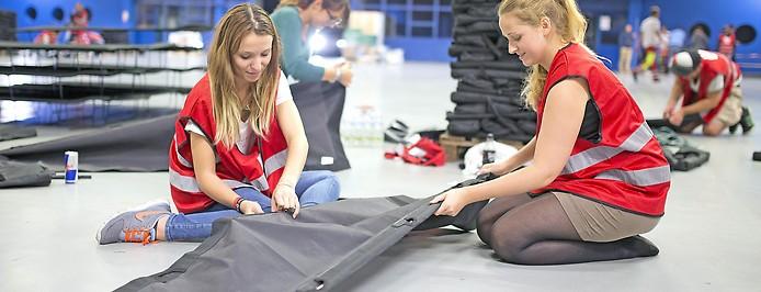 Freiwillige Helferinnen beim Aufbau von Notbetten