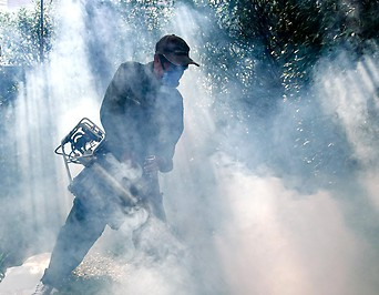 Mann versprüht Anti-Insektenmittel